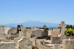 有火山的Calbucco,湖Llanquihue公墓 免版税库存图片