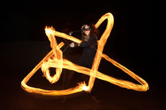 有火焰状火pois的舞蹈家在黑暗以后 库存图片