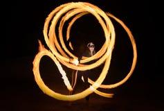 有火焰状火pois的舞蹈家在黑暗以后 库存照片