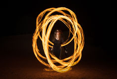 有火焰状火pois的舞蹈家在黑暗以后 免版税库存照片