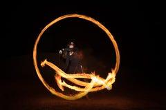 有火焰状火pois的舞蹈家在黑暗以后 免版税库存图片