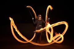 有火焰状火pois的舞蹈家在黑暗以后 免版税图库摄影