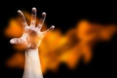 有火焰的可怕手 库存照片