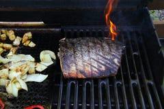 有火焰的烤鲑鱼排内圆角 免版税库存照片