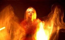 有火焰的美丽的女孩在黑背景 图库摄影