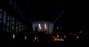 有火的专业艺术家在慢动作显示展示玩杂耍和跳舞与火的一个小组  影视素材