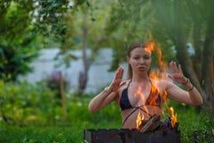 有火的女孩 免版税库存图片