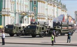 有火箭发射器的重的军用卡车 库存图片