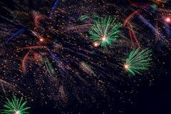 有火花的假日烟花在作为星的黑天空,宇宙,彗星 免版税图库摄影