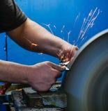 有火花的刀子或剪刀磨削器磨的剪刀 免版税图库摄影