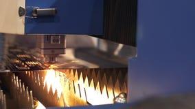 有火花的工业激光切削刀 被编程的机器人顶头裁减在金属温度巨大的板料的帮助下  A 影视素材