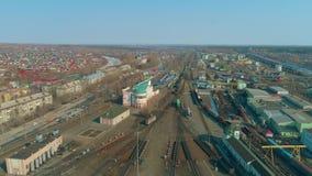 城市的鸟瞰图 火车站的大厦 有火车的列车车库 股票视频