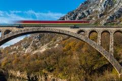 有火车的石桥梁 免版税库存照片