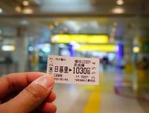 有火车票的手在驻地 免版税库存图片