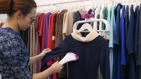 有火轮清洁的年轻设计师在她的精品店穿衣 影视素材