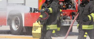 有灭火器的消防员在一次练习期间在 免版税库存照片