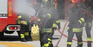有灭火器的消防队员在实践sessio期间 免版税图库摄影