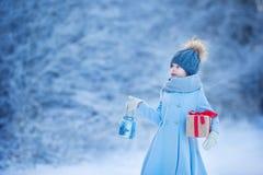 有灯和圣诞节礼物礼物的可爱的女孩 图库摄影