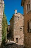 有灯和野生植物的石房子在圣徒保罗deVence 库存图片