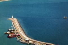 有灯塔和小船的大码头 免版税库存照片