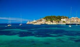 有灯塔和游艇的美丽的港口 库存图片