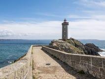 有灯塔的古老石码头 免版税库存图片