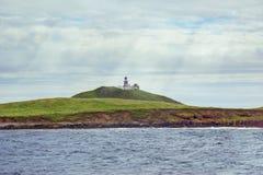 有灯塔的欧洲海岛 免版税库存图片