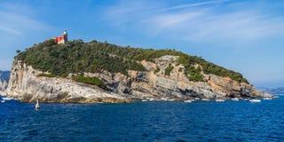 有灯塔的海岛在意大利 库存照片