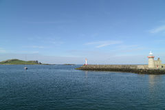 有灯塔的港口在Howth,爱尔兰 库存照片