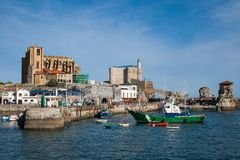 有灯塔的,卡斯特罗-乌尔迪亚莱斯美丽的渔村 免版税库存图片