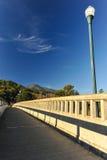 有灯柱的具体桥梁在河 库存照片