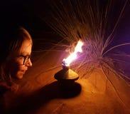 有灯的女孩在沙漠 免版税库存图片