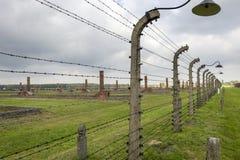 有灯的有刺的篱芭在奥斯威辛集中营在波兰 免版税图库摄影