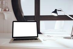 有灯的白色空白的膝上型计算机屏幕在美国风格的屋子里与 库存图片