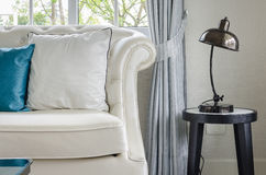 有灯的豪华白色沙发在客厅 库存图片