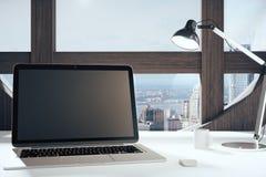 有灯的黑空白的膝上型计算机屏幕在美国风格的屋子里与 库存图片