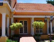 有灯笼和专栏的美丽的殖民地房子 免版税库存照片