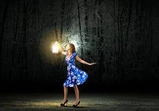 有灯笼的妇女 免版税图库摄影