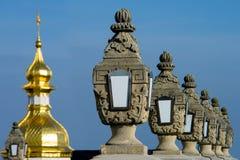有灯笼的胡同在教会的圆顶附近 免版税库存照片