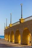 有灯笼的被成拱形的石柱廊 免版税库存照片