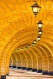 有灯笼的被成拱形的石柱廊 库存图片