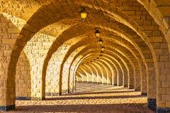 有灯笼的被成拱形的石柱廊 库存照片
