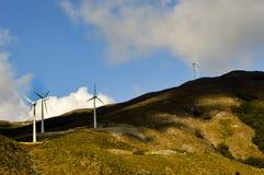 有灰色云彩的几台风轮机 库存照片