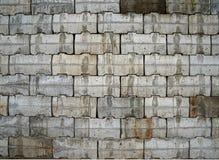 有灰色和棕色具体块的连结的墙壁 库存照片