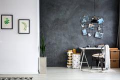 有灰色墙壁的家庭办公室 免版税库存照片
