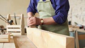 有灰色头发的有胡子的工匠善于与板条一起使用 影视素材