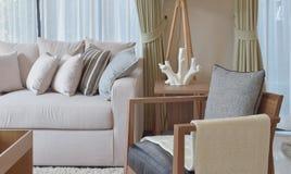 有灰色扶手椅子和棕色沙发的现代客厅 库存图片