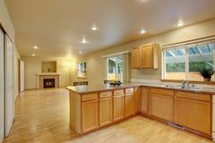 有灰色桌面的新的经典木大厨房 库存照片