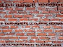 有灰色模具的红砖墙壁 黑r三条水平线  免版税库存照片
