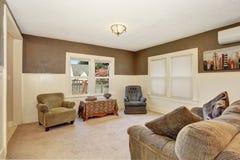 有灰色沙发的简单的次要客厅 库存图片
